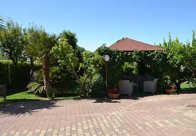 Particolare giardino e gazebo B&B Due Fontane Caltanissetta