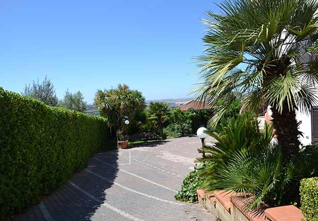 Parcheggio privato con giardino del B&B Due Fontane di Caltanissetta